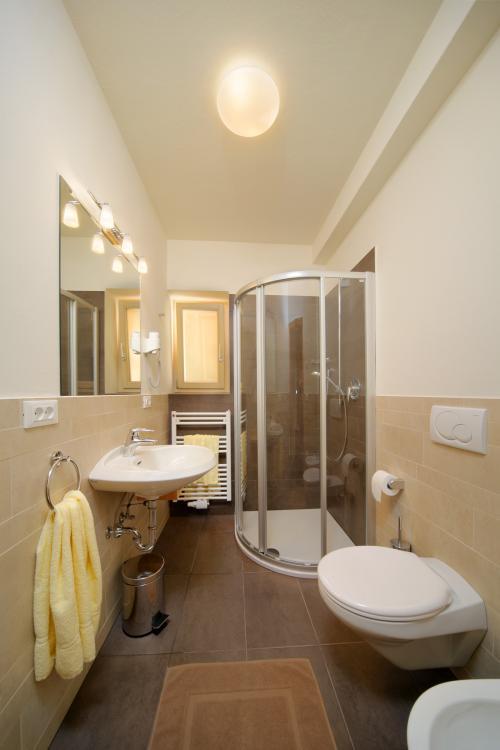 Ferienwohnung 2   Wohnraum Mit Küchenblock Ferienwohnung 2   Badezimmer Mit  Dusche ...
