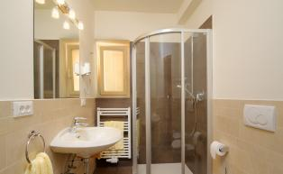 Holiday Apartment 2 – bathroom with shower