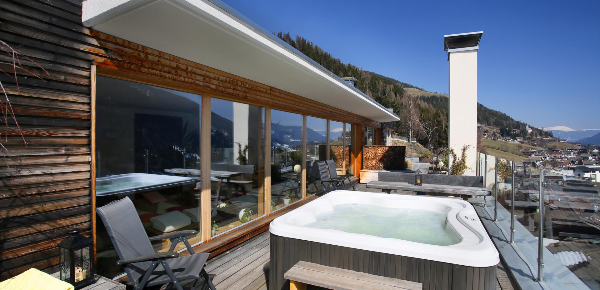 Hot tub on the rooftop terrace of Vital-Hotel Rainer